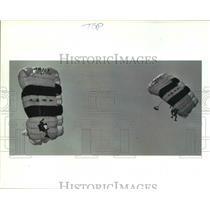 1986 Press Photo Parachutes