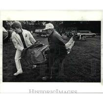 1989 Press Photo Professor Robert Zanella & crew member pulls out balloon