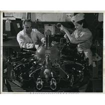 1943 Press Photo Olin Carl & Mrs Rose Hollis aircraft mechanics Kansas City