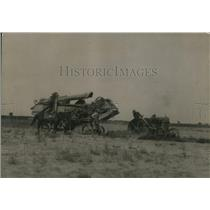 1919 Press Photo A threshing machine & tractor in a farm field