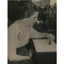 1921 Press Photo Gertrude Hoops Gambling