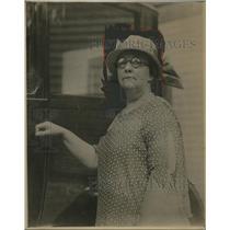 1924 Press Photo Lydia A. Carleton of Brookline Massachusetts drives taxi