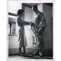 1954 Press Photo Toyko Japan hockey player Red Kelly buys a kimono - nes27110