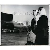 1960 Press Photo Pam & Pat Barker at Philadelphia airport stewardess training