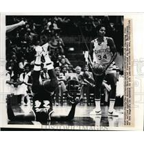 1976 Press Photo Charging foul called against Austin Carr of Cleveland