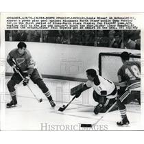 1970 Press Photo St Louis Blues Ab McDonald vs Mn North Stars G Worsley