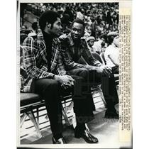 1975 Press Photo Richfield Ohio Austin Carr, Jim Chones at Cavs vs Bucks