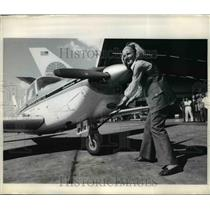 1970 Press Photo New York Sheila Scott poses with her airplane at Kennedy Airpo