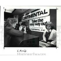 1989 Press Photo Sue Cimino Talks with Barbara Mets of Continental Airlines