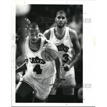 1988 Press Photo Cavliers Ron Hape Gets Ball From Brad Daugherty Tip