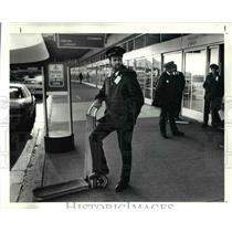 1991 Press Photo Skycap Dean Rice waits customer at Cleveland Hopkins Airport