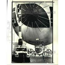 1987 Press Photo Ground Crew Members Of Airship Industries Guide Fiji Airship