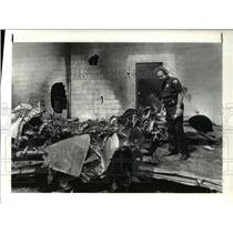 1983 Press Photo Cleveland patrolman Ray Brady at plane crash site