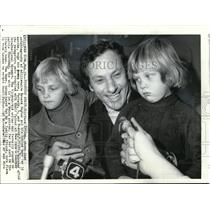 1974 Press Photo Author Clifford Irving reunited children after serving jail