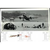 1991 Press Photo Cleveland Hopkins Airport operations amidst DC-9 crash