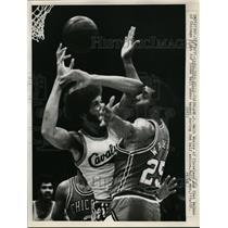 1971 Press Photo Walt Wesley of Cavaliers vs Chet Walker of Bulls - nes29790