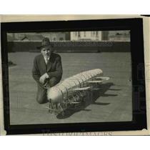 1926 Press Photo Claude H Freeze LA Calif & model of new dirigble