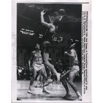 1958 Press Photo Royals Jack Twyman vs 76ers Ernie Beck, George Dempsey