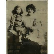 1916 Press Photo Wife & children of Pvt Lonsdale British POW at Doberitz