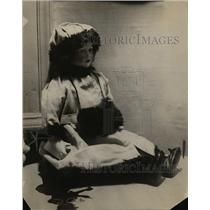 1918 Press Photo An English dill made by woman seeking new business