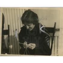 1918 Press Photo A Belgian woman tating fine lacework