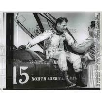 1961 Press Photo Maj. Robert White Assisted By Maj. Ralph Richardson