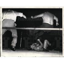 1935 Press Photo Man Mountain Dean felled by Ernie Dusek in L.A. match