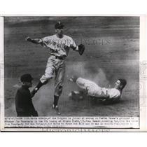 1950 Press Photo Dodger Eddie Miksis out at 2nd vs Phillies Gran Hamner