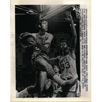 1971 Press Photo Bulls Matt Goukas vs Bucks Lew Alcindor at Milwaukee WI