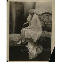 1918 Press Photo Oddly Draped Bridal Veil Only Covers Eyes