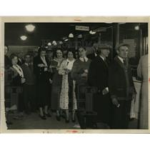 1933 Press Photo City Employees receiving soup.