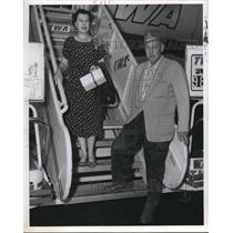 1977 Wire Photo Mr. and Mrs. George van Loozen stepping down the plane