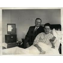 1930 Press Photo Washington Senators' mgr. Walter Johnson visits son in hospital