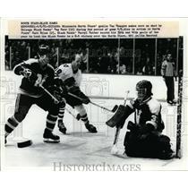 1981 Press Photo North Stars goalie Don Beaupre vs Black Hawks Reg Kerr