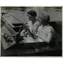 1928 Press Photo Mrs LW Sanderson at Wheel & Mrs LW Baehr at Regatta Races