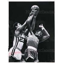 Press Photo Al Tucker # 23 of Royals vs Shaler Halimon of 76ers - nes40894
