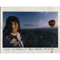 """1998 Press Photo Joan J """"J.J."""" Shannon flies hot air balloon - ora83798"""