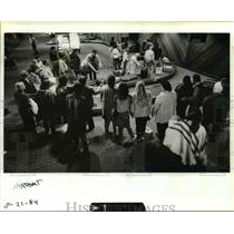 1984 Press Photo Thanksgiving travelers at Portland International Airport
