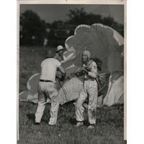 1940 Press Photo George Waltz of Cincinnati Breaks Parachuting World Record