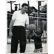 1968 Press Photo St Louis Hawks Ed MacCauley & child Glen Whitlock at playground