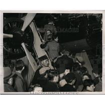 1938 Press Photo Visitors at 16th Aeronautical Expo at Paris France - nex99813