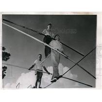 1944 Press Photo Walking at a wire at AAF Base Unit Contract Navigation School