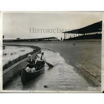 1933 Press Photo Ernie Triplett & Deacon Litz canoe at flooded Indy Speedway