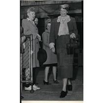 1941 Press Photo Mrs Eleanor Roosevelt stepped off Northwest Northwest Airlines