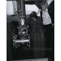 1975 Press Photo Airman Debbie Coppola & Lt Laura Francis at Fairchild Air Base