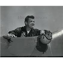 1953 Press Photo Lt Harding MacKnight in Blue Angele exhibition - spx02927