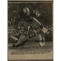 1975 Press Photo Raiders Mark Van Eaghan gains 3 yds vs Bengals Bernard Jackson