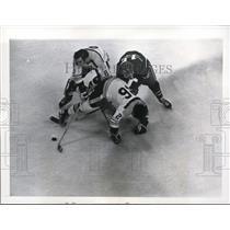 1971 Press Photo Bruins Don Awrey, Ken Hodge vs Canadiens Claude Larose