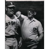 1971 Press Photo Angel relief pitcher Eddie Fisher & umpire Art Frantz