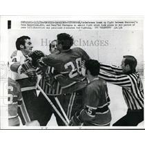 1970 Press Photo Ref break up fight Canadien P Mahovlich vs V Fontayne Penguins